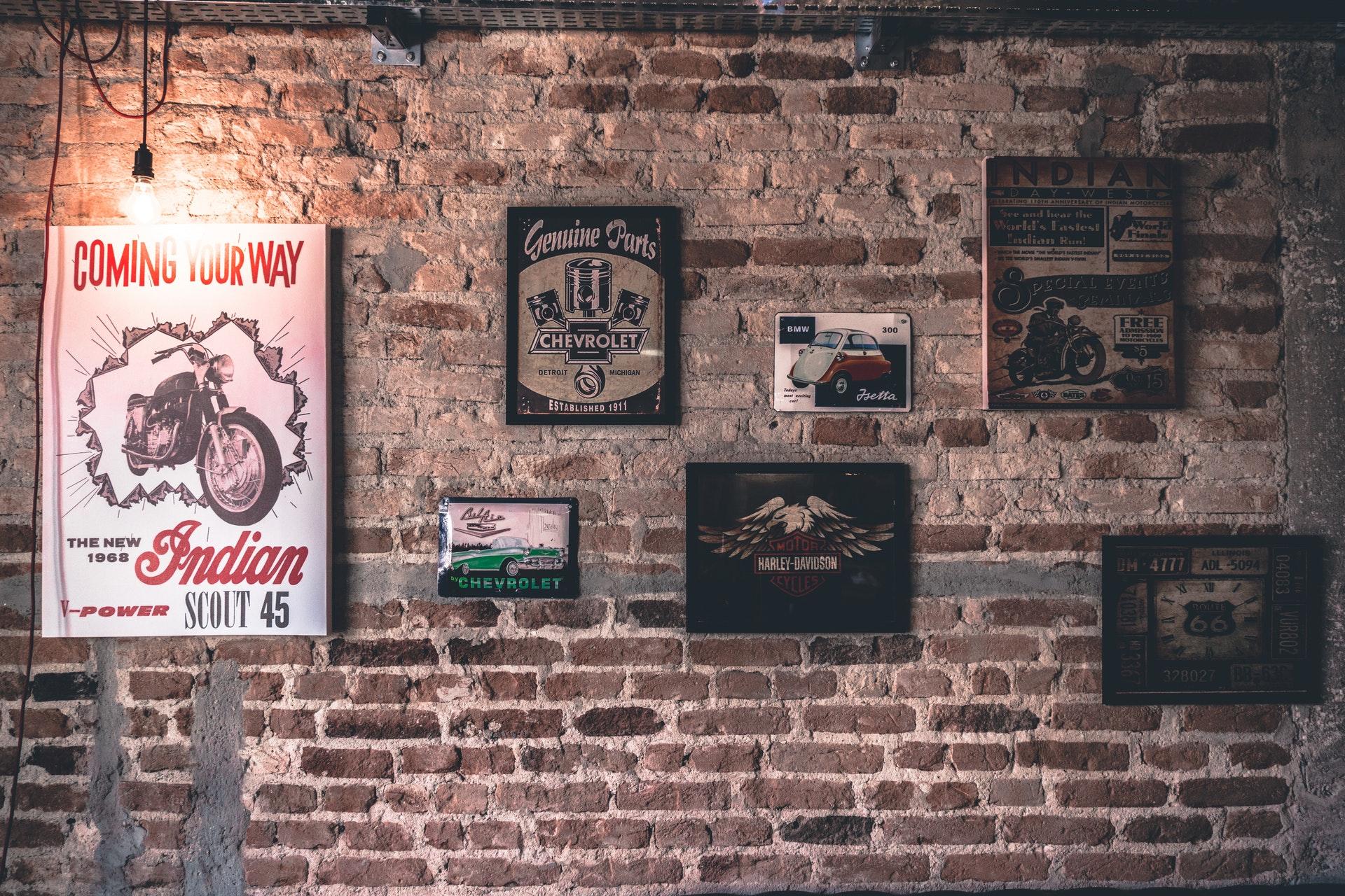 mur en brique et cadres muraux de décoration
